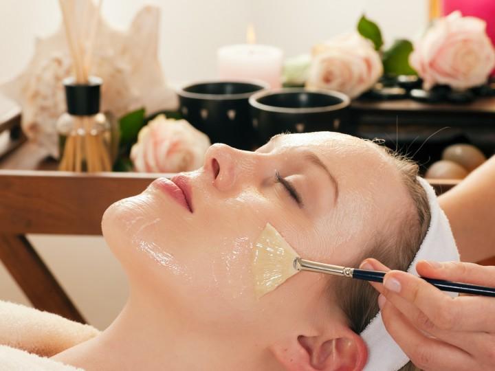 Kosmetik - Gesichtsmaske auftragen